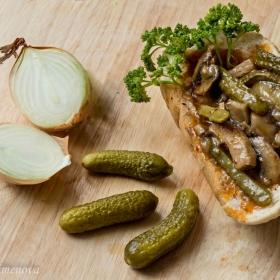 Свинско контрафиле с печурки и кисели краставички