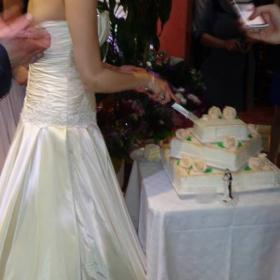 Булката реже тортата