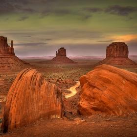 По залез слънце с апарат и триножник из земите на индианците Навахо