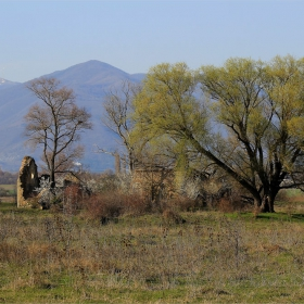 Поглед към изоставената църква