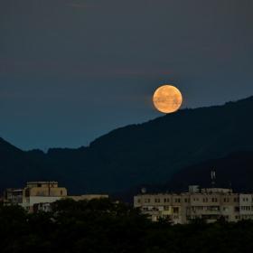 Търкулнала ми се е ясна месечина...