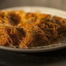 оризова юфка със зеленчуци и къри сос