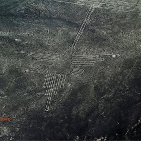 Колибри... Знаците в Наска, понякога наричани също геоглифи или рисунки, представляват древни линии, начертани на земната повърхност, намиращи се на територията на пустинята Наска в Перу, на около 400 километра от Лима.