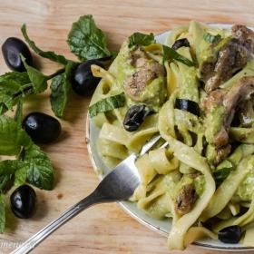 Талятели с маслини, пилешко филе и песто
