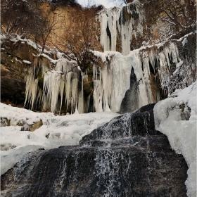 един водопад през зимата