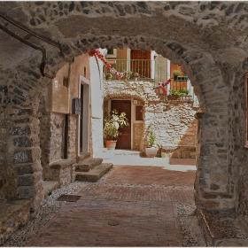 В тунелните улички на Sasso di Bordighera