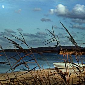 Лунен изгрев край морския бряг