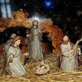 Тиха нощ, свята нощ... Светли и благословени, рождествени празници! Честита Коледа, съфорумци!