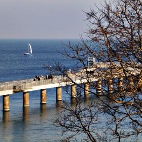 Самотна лодка край моста се белее