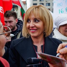 протест срещу новия външен дълг - Манолова сред протестиращите