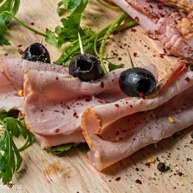 Коктейлни мръвки - свинско филе с маслини на клечка :)