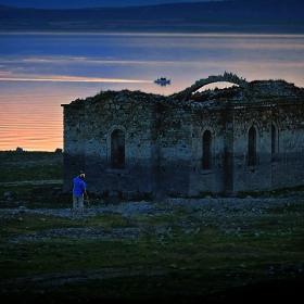 Самотната църква, лодката и фотографът...