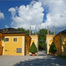 Зелени гардове на портата на двореца Хелбрун