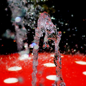Струя вода от един градски фонтан