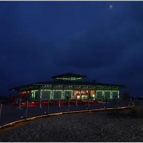 Къща от светлини сред пясъците