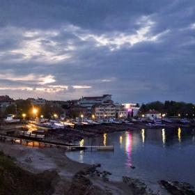 Вечерни светлини край брега