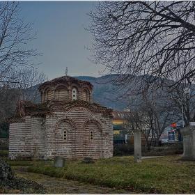 Привечер край средновековната църква Св. Никола 12-13 в.