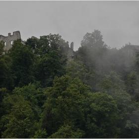 Дъждовни мъглявини над руините на Стари  град