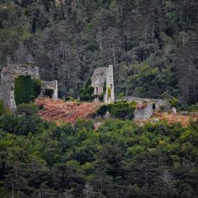 Руините на средновековния замък Vipava, Словения