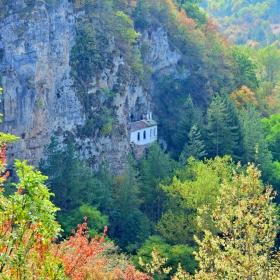 Ранна есен край Разбоишкия манастир