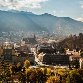 Панорамен изглед над стария град в Брашов, от хълм Стража