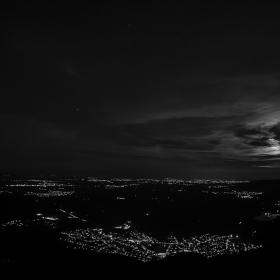 Един лунен суперизгрев в черно-бяло
