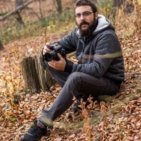 Мъжът в гората сред листата