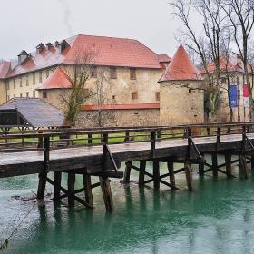 През един дъждовен ден край замъка Оточек