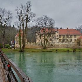 Дъждовно край замъка Оточек