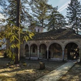 В манастирският двор