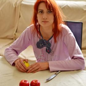 Момичето с ябълките
