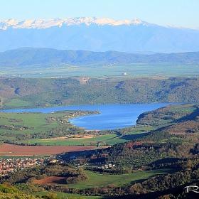 Язовир Лобуш - поглед от връх Рудина над село Сирищник
