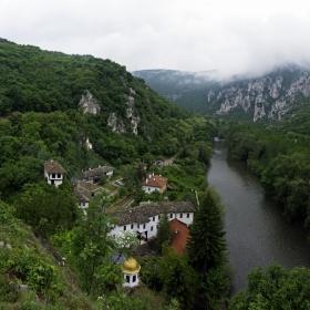 Поглед към Черепишския манастир
