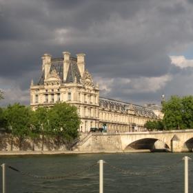 Мрачен Париж