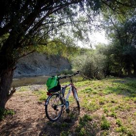 Раница, колело и не съвсем зелен бряг