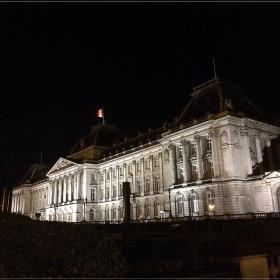 дворец в тъмното. Брюкселска нощ.