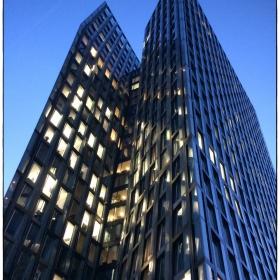 високата крива сграда
