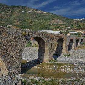 Мостът с 15-те арки