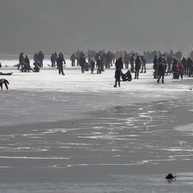 Имаме си бент, имаме си студ- имаме си и начини за забавления в студа на езерото...