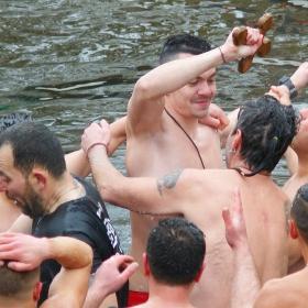 Късметлията, уловил кръста в студените води
