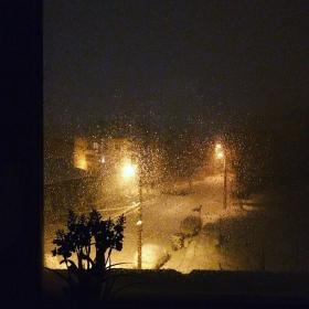 снежно през прозореца