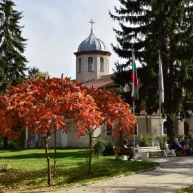 Велинград - градинката пред църквата