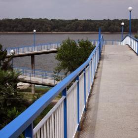 Вече го няма... Събориха Вития мост-пасарела, който водеше от високия дунавски бряг до водата...