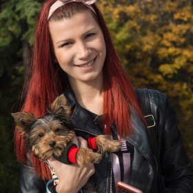 Момичето с кученцето