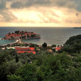Остров Свети Стефан след дъждовна нощ