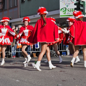 Немско карнавално хорце... около бутилката с шампанско