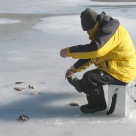 Риболов през зимата на Панчаревското езеро