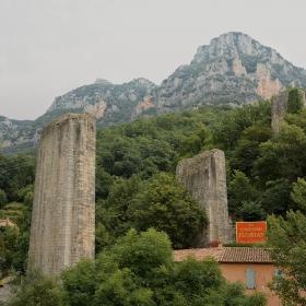 Самотните каменни пилони в Pont-du-Loup*