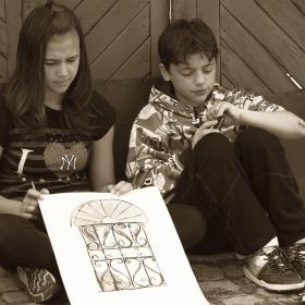 Деца рисуват на открито