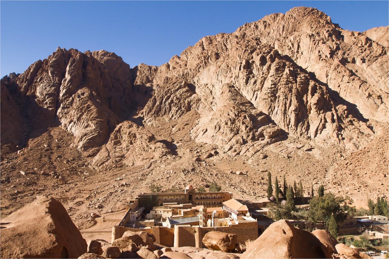 Синайският манастир Света Катерина  Според преданията тук Мойсей вижда горящия храст, божий знак и известие, че е избран за пророк.